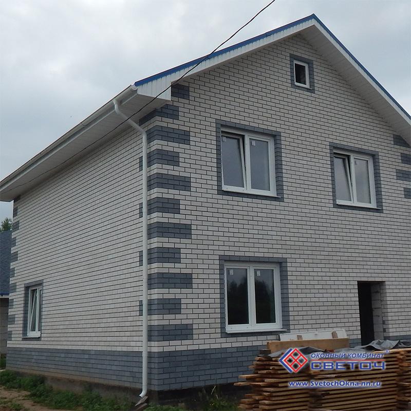Дом с пластиковыми окнами фото