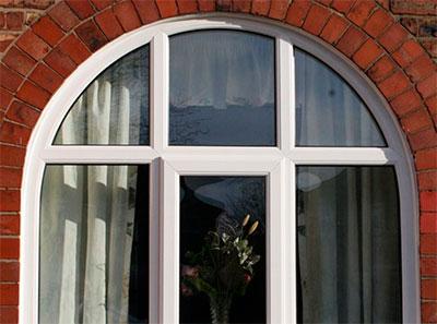 Арочное окно из ПВХ фото