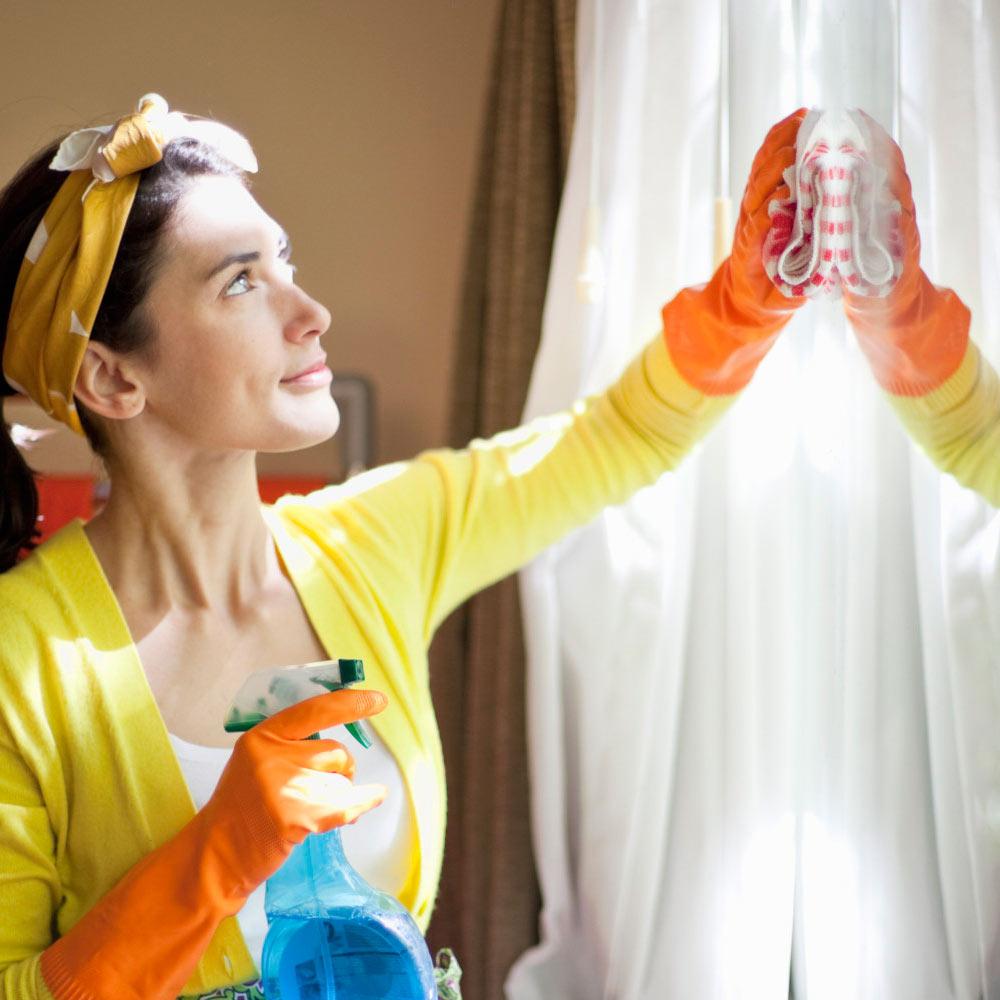 Женщина моет пластиковое окно фото
